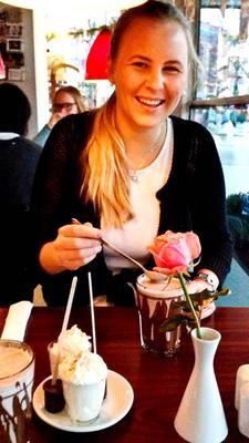 Bilde av Line Camilla Kaupang ved kafebord