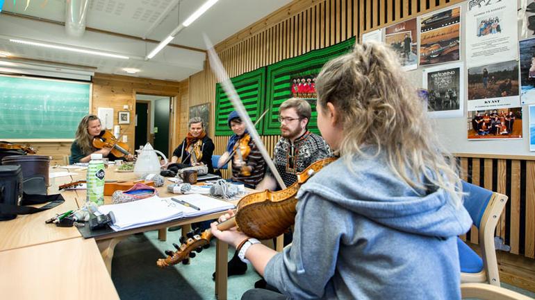 Folkemusikkstudenter på Rauland øver