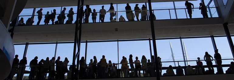 Studenter med himmel bak. Bilde.