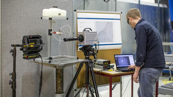 Ph.d-student Joachim Lundberg jobber med høyhastighetsfilm, bestemmelse av dråpestørrelse og bildebehandling. Illustrasjonsbilde til doktorgraden i Prosess, energi og automatiseringsteknikk. Bilde.