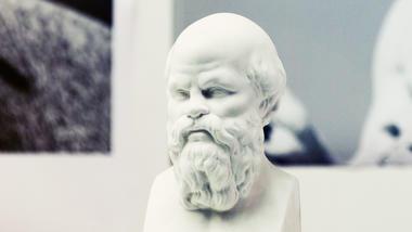 En byste av Sokrates illustrerer Høgskolen i Sørøst-Norges studietilbud. Bilde.