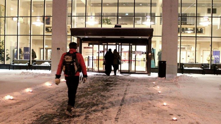 Student følger fakkelgang på vei mot inngangspartiet ved Campus Notodden. Foto