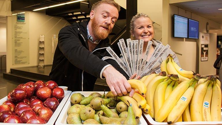 Studentsamskipnadens boligkonsulent i Drammen, Jonas Blindheim, og leder i studentstyrerådet for Fakultet for helsevitenskap, Kristin Werner, serverer frukt. Foto