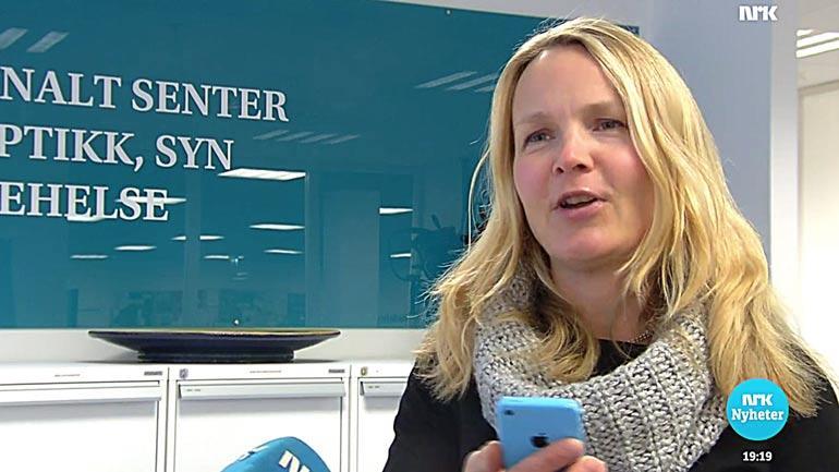 Førsteamanuensis Hanne-Mari Schiøtz Thorud ved HSNs Nasjonalt senter for optikk, syn og øyehelse blir intervjuet av NRK Dagsrevyen. Skjermdump
