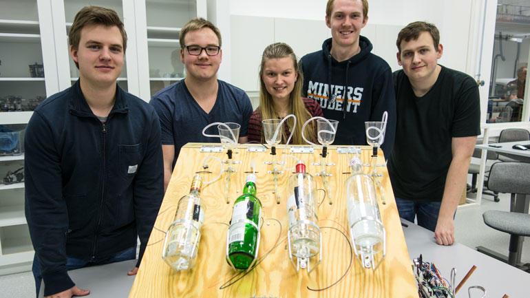 Gruppebilde av elevene med drikke-mikse-maskin.