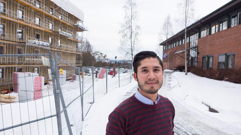 Leder for Studentdemokratiet ved campus Ringerike, Ali Amini gleder seg til de nye studentboligene står ferdige til studiestart.  Foto