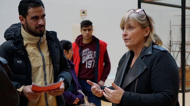 Seniorrådgiver og prosjektleder Maija Heinilä i samtale med noen av flyktningene.  Foto