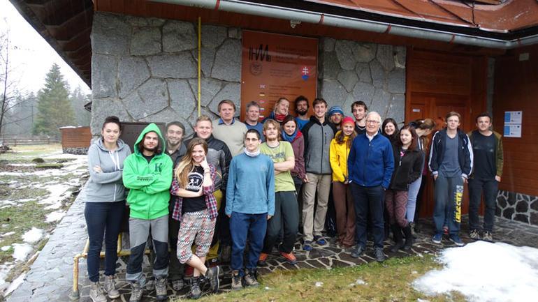 Norske og slovakiske studenter og lærere samlet utenfor en bygning ved University of Zilina i Slovakia.