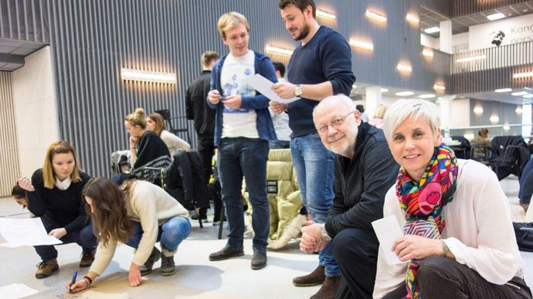 Arnt Farbu og Sissel Egelandså Rua foran en av gruppene i arbeid.  Foto