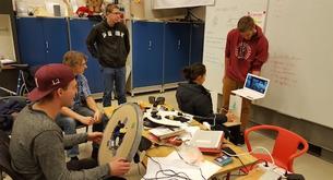 I februar var de fire masterstudentene en uke på Design Factory i Finland for å utvikle en viktig prototype.
