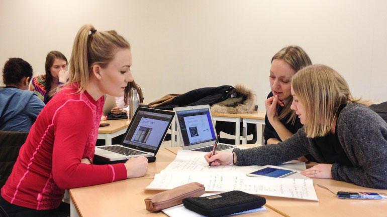 Radiografstudentene trives med mer fleksible undervisningsformer. Fra venstre: Ingvild Flatland, Judith M. Hovda og Malin Teknes. Foto av studentene rundt et bord.