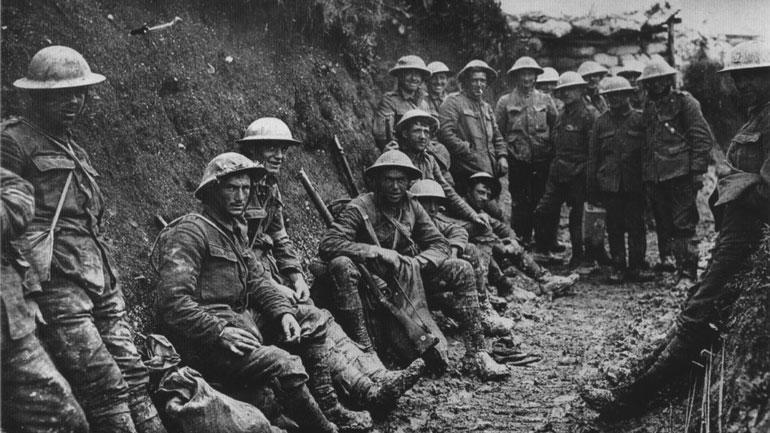 En gruppe soldater fra Royal Irish Rifles i en grøft under slaget ved Somme. Datoen er antatt å være 1. juli 1916, den første dagen ved Somme, og enheten er muligens 1. bataljon Royal Irish Rifles (25. Brigade, 8. divisjon).  Foto: Wikimedia.