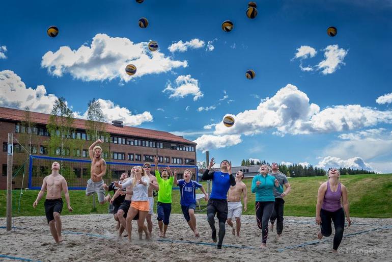 Fire volleyballbaner utenfor høgskolen er ofte i bruk av både idrettsstudenter og andre.
