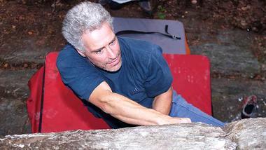 Geir Grimeland som klatrer i fjellvegg. Foto.