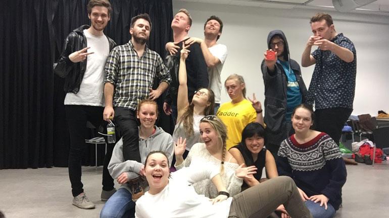 Denne gjengen er klar for studentrevy i Drammen.  Foto: Revystudentene.