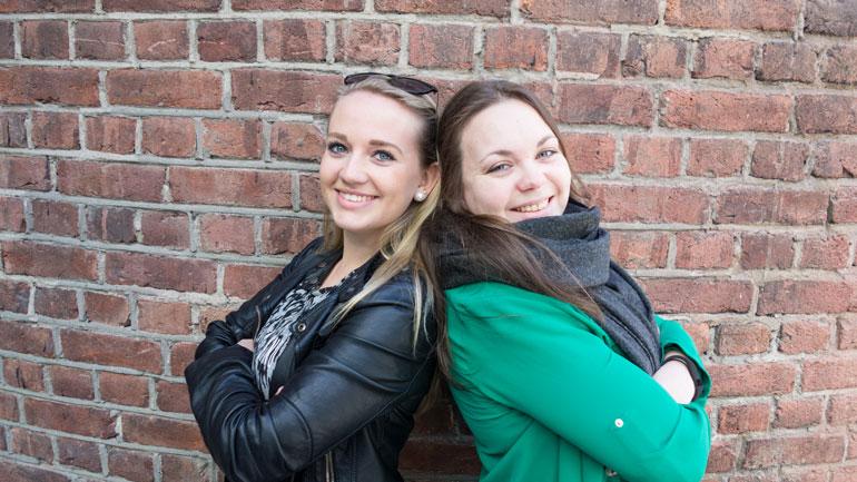 F.v: Revysjef Marie og inspisient Christine er klare til å innta Drammens Teater etter påske.  Foto: Jan-Henrik Kulberg