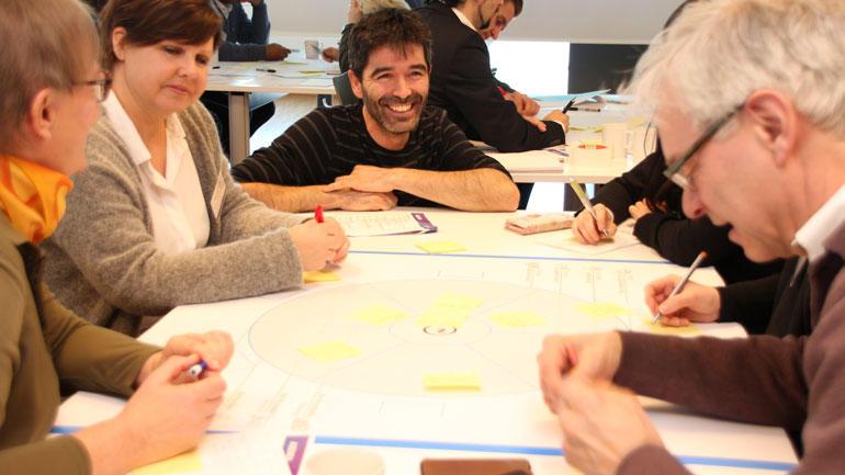 """Gruppe arbeider sammen under arrangementet """"Design meets Engineering–User-centered innovation"""""""