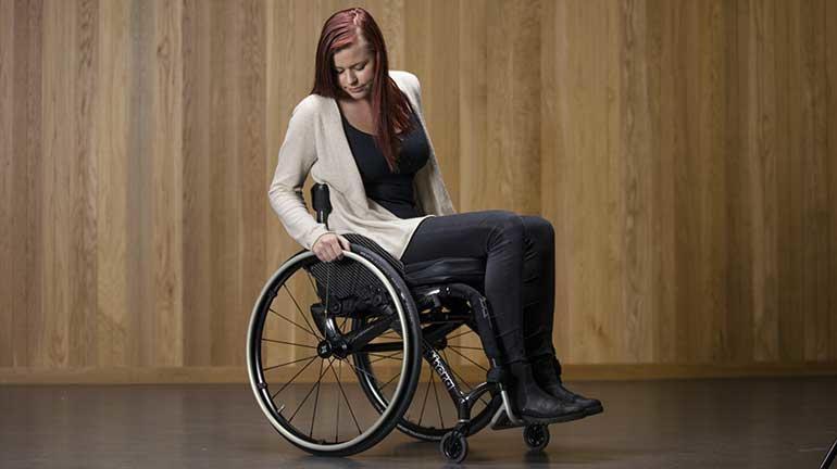 Jente i rullestol. foto.