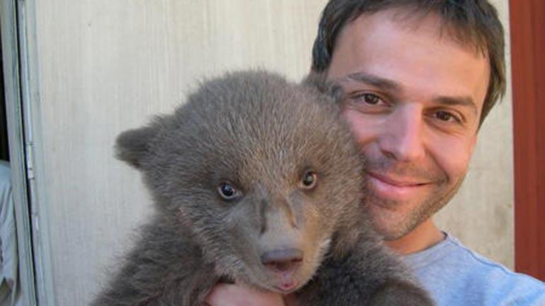 Andreas Zedrosser med en bjørneunge.  Foto