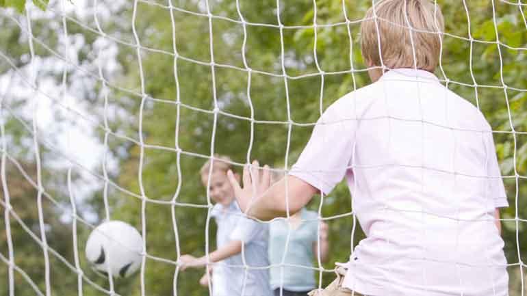Ungdommer som spiller volleyball.
