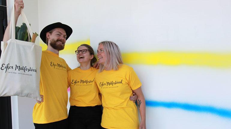 De glade vinnerne av årets bachelorprosjekt i visuell kommunikasjon har lært mye av å jobbe med et reelt oppdrag for Eiker Matfestival. F.v. Filip Aurebekk, Kaja Spjelkavik og Karoline Ådnanes. Christina Bjørke var ikke til stede da bildet ble tatt.