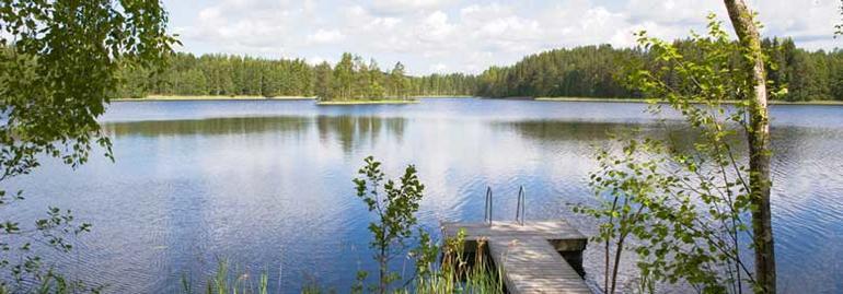 Norsk natur med ei brygge og innsjøen liggende bak.