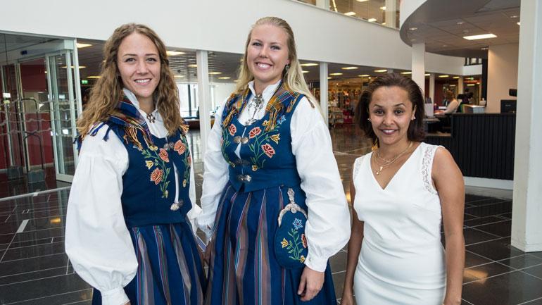 Holdt taler på vegne av studentene.  F.v: Andrea Thormodsen Trovi, Isabelle Moland Trudeau og Miriam Belay Sbhatu.  Gruppebilde