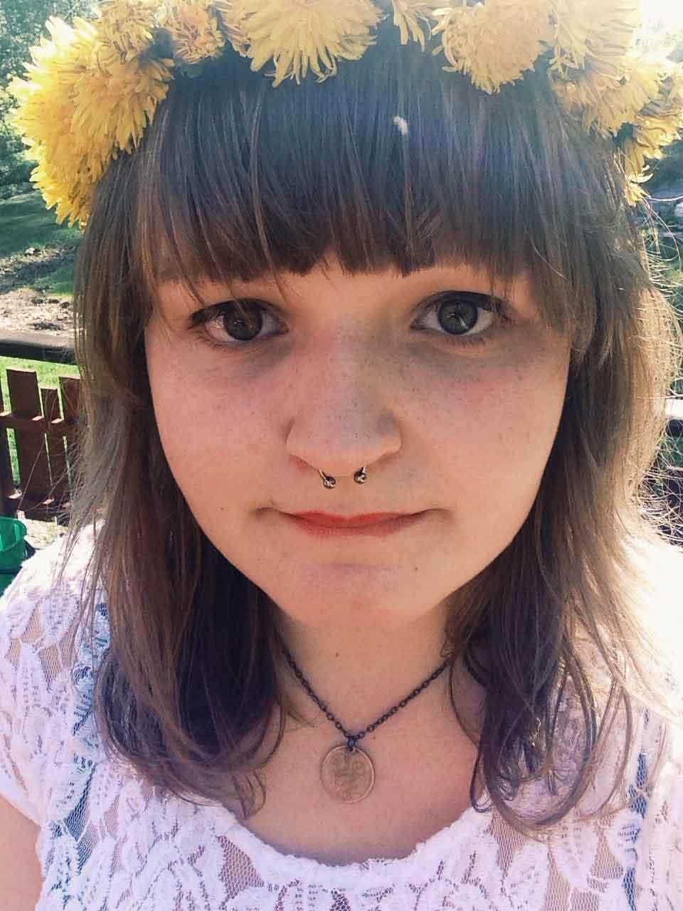 Portrettbilde av Rikke med blomsterkrans i håret