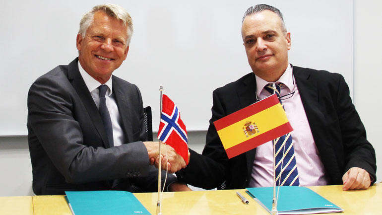 Business Development Director, Jesús Alonso is signing the agreement with University of Southeast Norway´s Pro-Rector Nils Kristian Bogen. Photo
