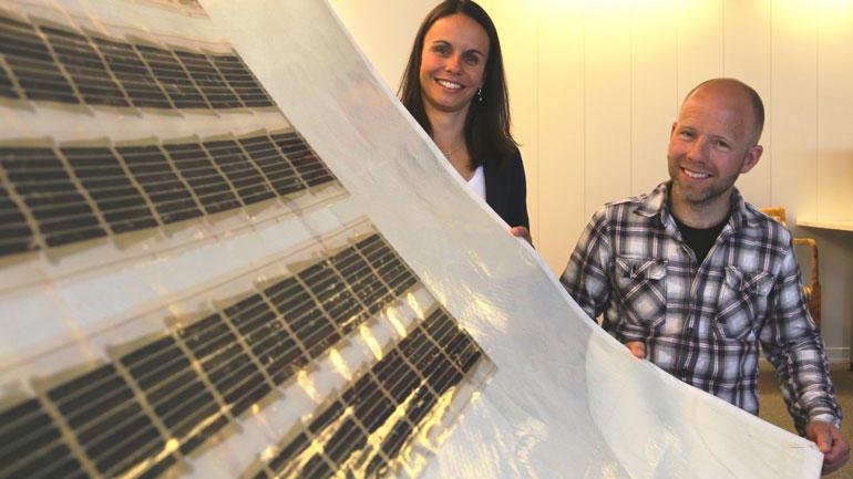 Med seilduk som bakteppe skal gründerne Marianne Hernes og Marius Borg-Heggedal finne nye bruksområder for solceller. Foto av de to