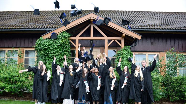 Gruppebilde av masterstudentene som er ferdig på Ringerike.  Foto: Ringerikes Blad/Anette Marcelle Hallquist.