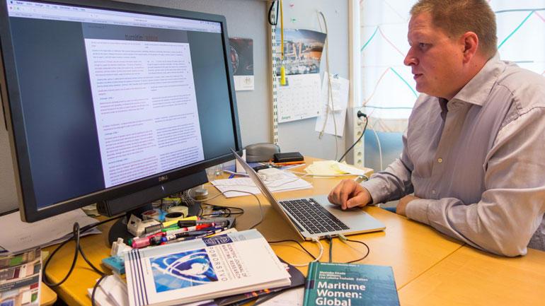 Professor Kjell Ivar Øvergård sjekker alltid egne tekster i programmet Ephorus.