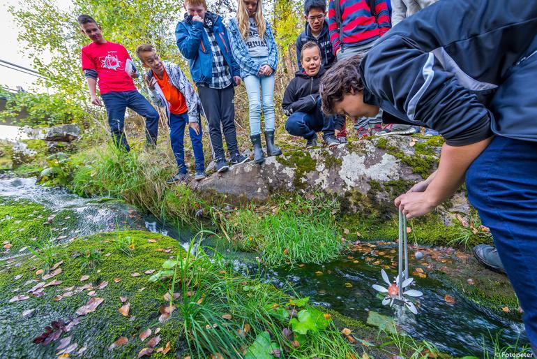 Bilde av elever som lager vannkraftverk