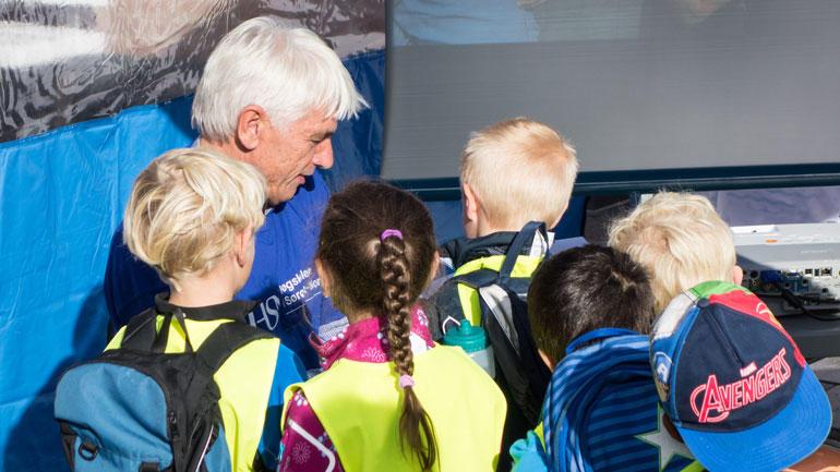 Språk er spennende. Stipendiat Hein Lindquist og barnehagebarn i Drammen.  Foto