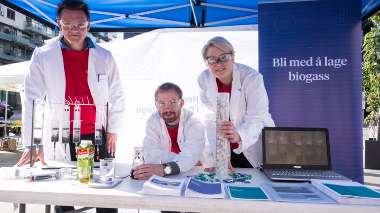 F.v: Masterstudentene Erik Nygaard, Preben Værholm og Lena Weber kan mye om biogass, eller prompegass om du vil.  Foto