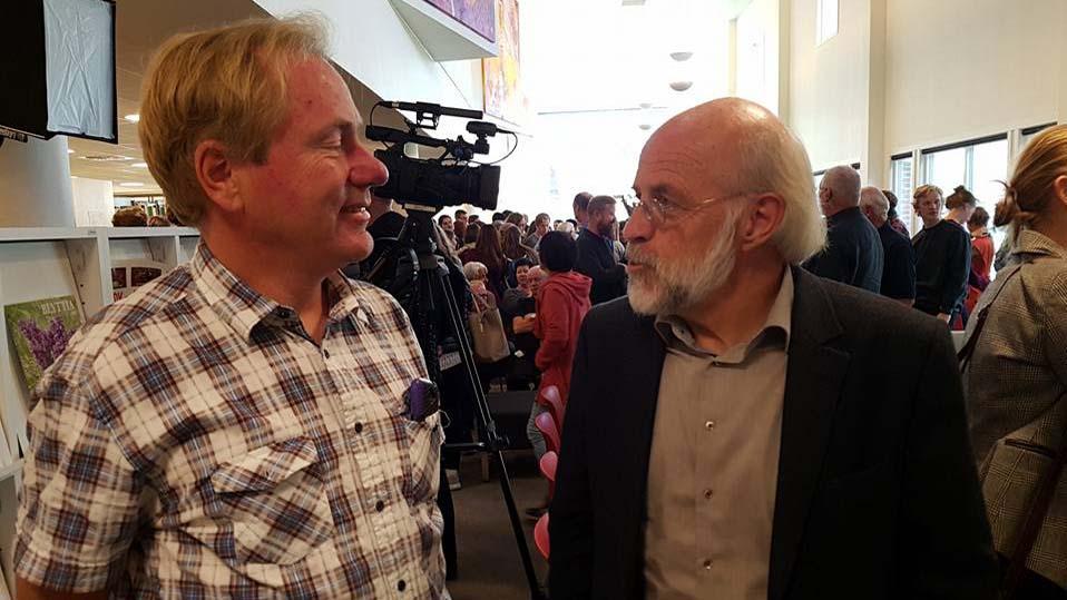 Bibliotekleder i Bø Arild Skalmeraas, i samtale med rektor Petter Aasen under åpningsfesten for nyoppusset høgskolebibliotek. Foto: Frode Bakken