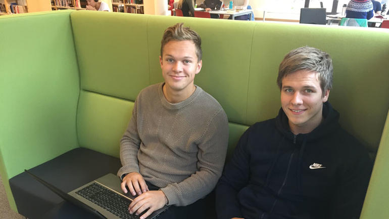 Bilde av studenter i grønn sofa på biblioteket