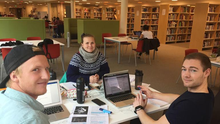 Tre studenter som jobber på det nye biblioteket i Bø