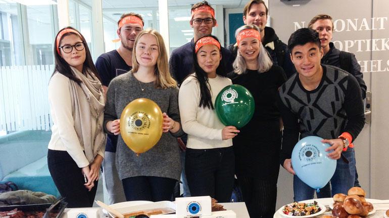 Optikerstudenter på Kongsberg har stand og samler inn penger. Foto: Irene Langeggen.