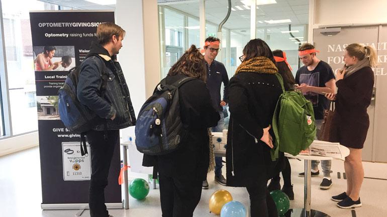 Optikerstudenter samler inn penger på stand. Foto
