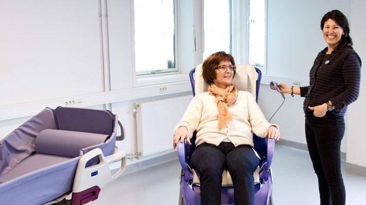 Utviklingsleder ved Innovatoriet, Torill Lønningdal, prøver ut den multifunksjonelle, elektriske hygienestolen Carendo fra leverandøren ArjoHuntleigh Norge AS. Distriktssjef i ArjoHuntleigh, Hege Skuggedal, til høyre.
