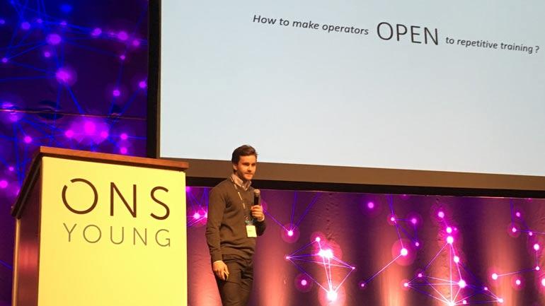 Jørgen Ernstsen presenterer ideen sin under offshoremessa (ONS) i Stavanger. Foto