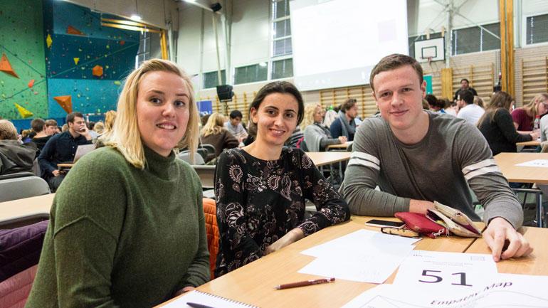 F.v: Sykepleierstudent Caroline, ingeniørstudentene Slobodanka og Lars havnet på samme gruppe og likte temaet. Foto