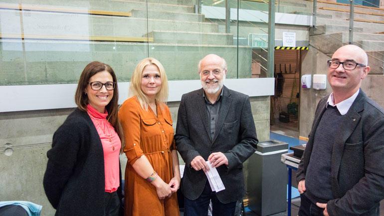F.v: Trine Øfsti Bråten og Helene Nygård fra Go´nok, rektor Petter Aasen og førstelektor Thomas Brekke. Foto