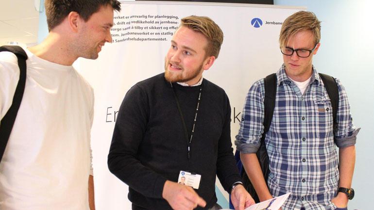 - En rekke store anlegg er planlagt for årene framover, og vi trenger ingeniører, sier Jernbaneverkets Christian A. Schelderup (i midten) til byggingeniørstudentene Marius Tangerås og Lars-Johan Tandberg.  Foto