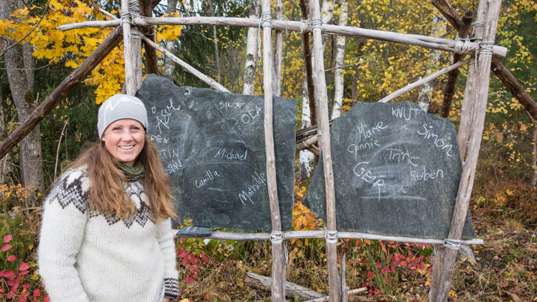 Åsve Murtnes - foran steintavler i uteklasserom. Foto