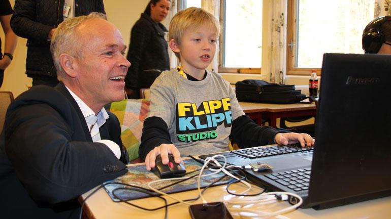 Stephan Teig (8) holdt et intensivforedrag i dataprogrammering for statsråd Jan Tore Sanner. Foto