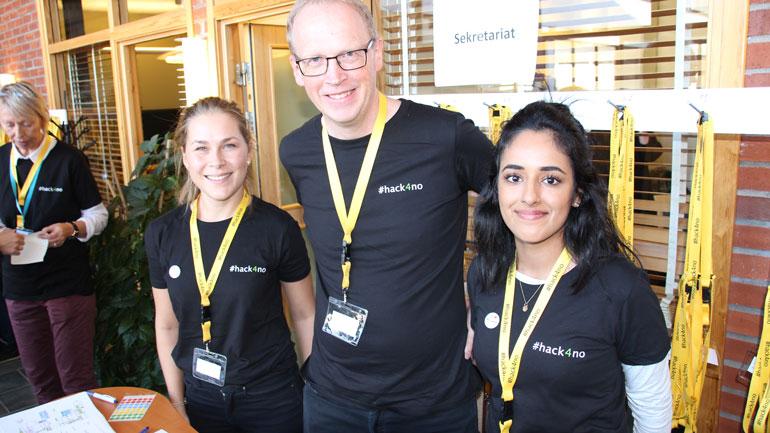 Tiril B. Uglum (t.v. fra Kartverket), Sveinung Engeland (prosjektleder #hack4no, Kartverket) og Simran Kaur (Direktoratet for forvaltning og IKT – difi) hadde hendende fulle med å håndtere de over 500 deltakerne på arrangementet. Foto
