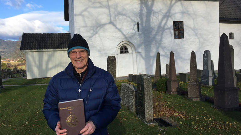 Olav Solberg foran mellomalderkyrkja i Bø, ein stad mange av balladesongarane var og nå ligg gravlagt.