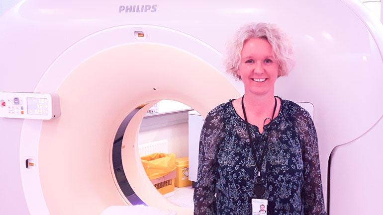 Masterstudent Anita Fosterud Reitan ved en CT-maskin på Ahus. Foto: Privat